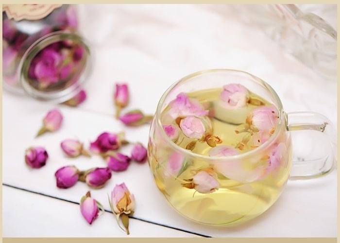 Pha trà hồng hoa và nhụy hoa Nghệ Tây